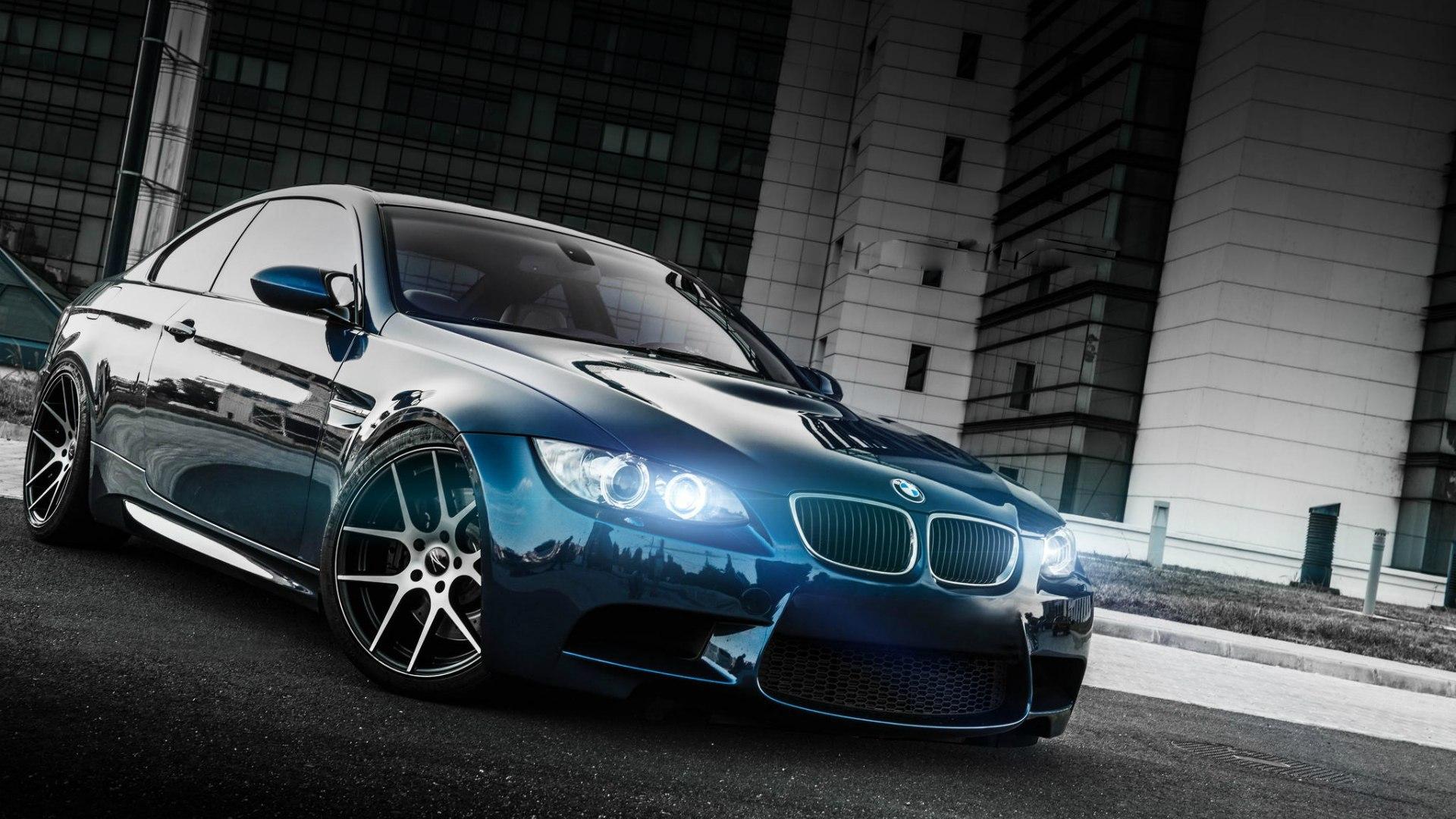 Темно синий автомобиль BMW 3 Series